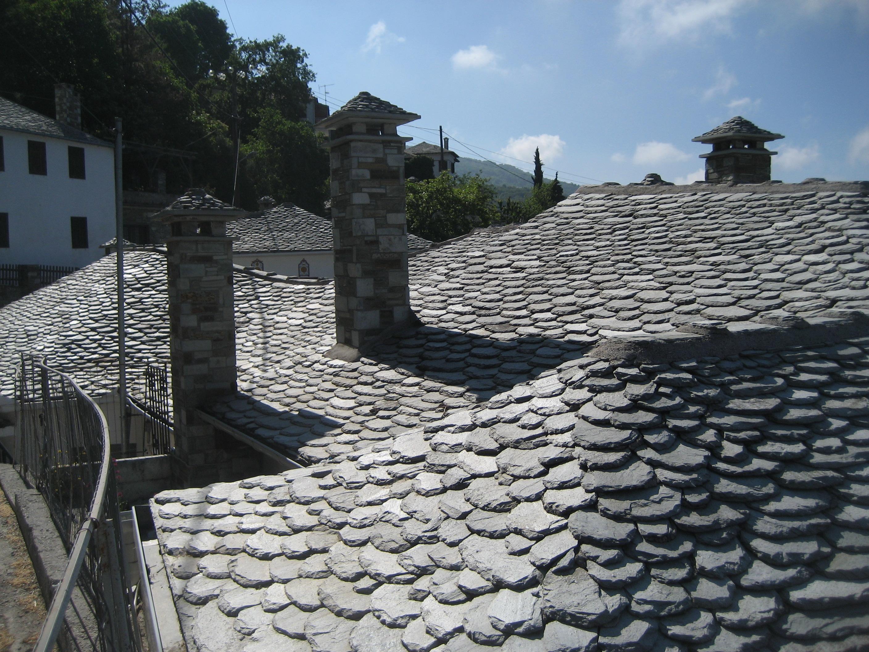 Détail d'une toiture de lauze à Makrinatsa